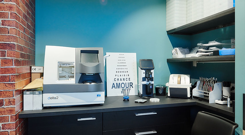 ZU photo Atelier opticien - Machine ESSILOR