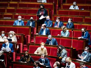 Le Parlement a définitivement adopté le projet de loi étendant le passe sanitaire