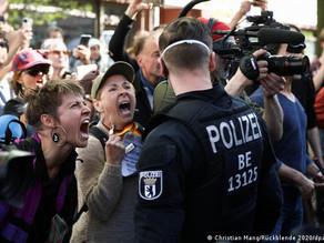 Berlin entre dans le chaos - Images de flics voyous brutalisant des enfants et des personnes âgées