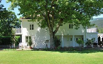 Haus Bunzl Neusiedl Fassade & Baum.JPG