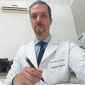 Consultório lotado, orientando pacientes