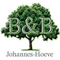 Maak kennis met het logo van Bed and Breakfast Johannes-Hoeve in Baarlo. Het logo is een mooie boom helemaal vol met bladeren met hierin de letters B&B onder de boom de naam Johannes-Hoeve