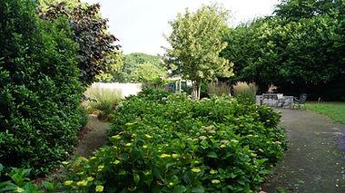 De tuin welke de gasten kunnen gebruiken om te ontspannen na een leuke dag.