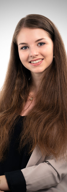 06 - Headshot corporate young woman stud