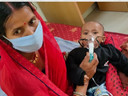 दरभंगा में पांच माह के संक्रमित बच्चे को सीने से लगाई हैं मां, कोरोना पर भारी ममता।