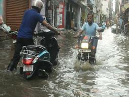 बिहार में फिर बदला मौसम का मिजाज, लगातार बारिश से उफनाई नदियां।