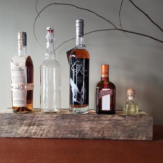 Состаренная полка для бутылок