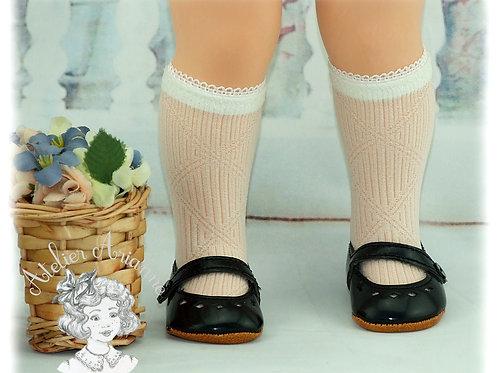 Chaussettes en dentelle à losanges pour les poupées de Modes et Travaux