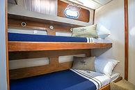 duas camas de solteiro, criancas, quarto