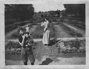Jane F Mather with Bertha F Mather (child) 1912.jpeg