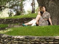 Девушка под деревом