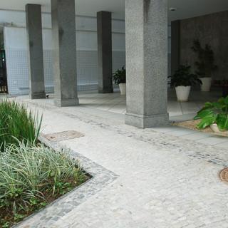 Entrada de prédio em Ipanema.jpg