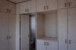 ארון עם כניסה נסתרת למקלחת