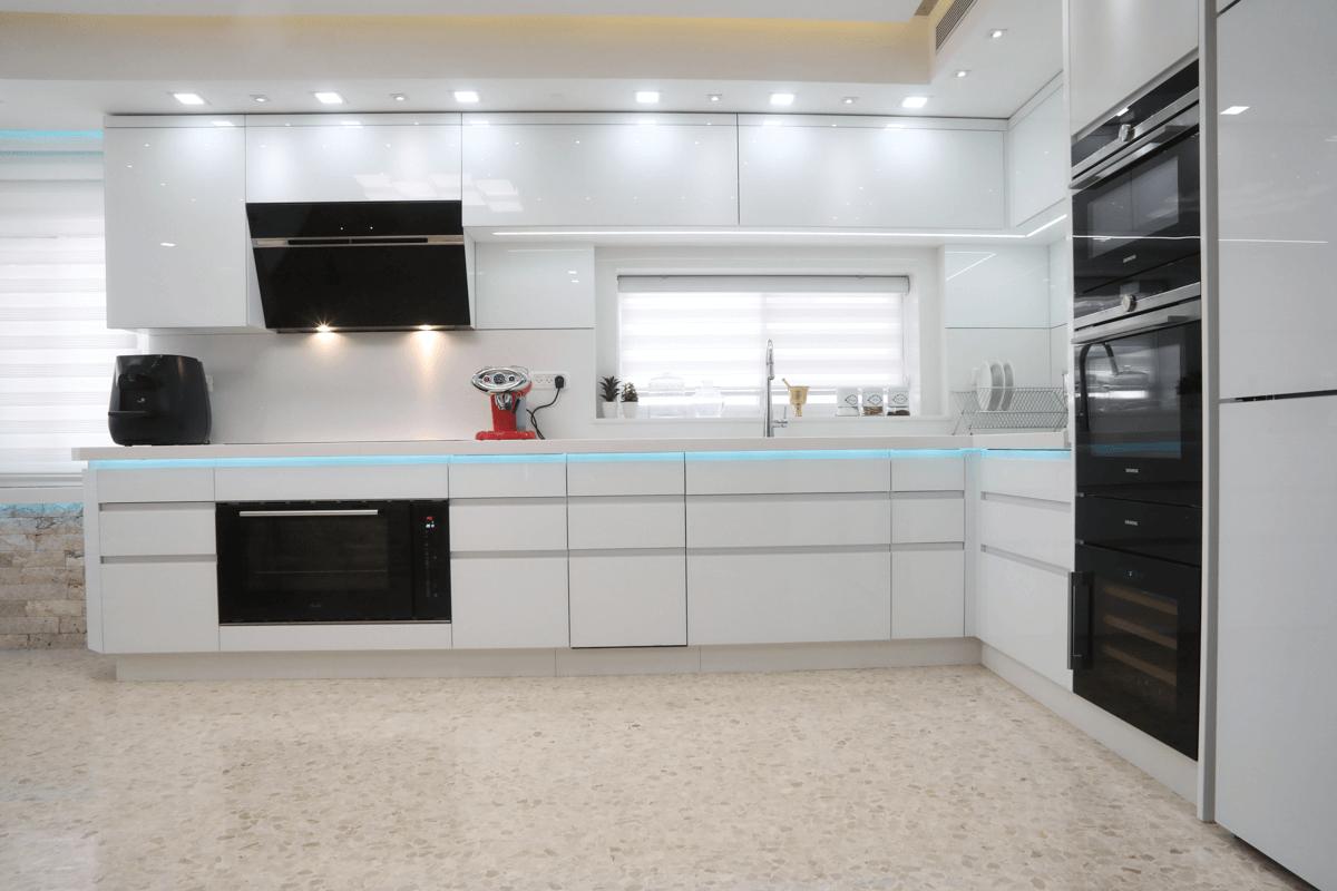 מטבח מודרני עם חזיתות זכוכית