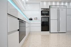 מטבח מודרני עם תאורת לד