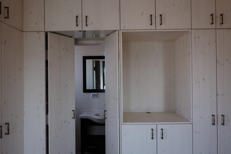 ארון עם דלת למקלחת