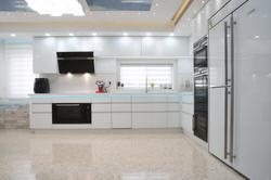 מטבח מודרני עם דלתות זכוכית