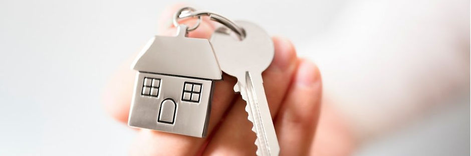 real-estate-agent-giving-house-keys-pict