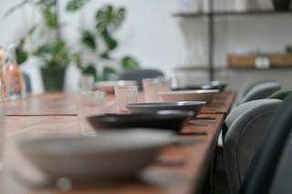 Geschirr für 20 Personen vorhanden