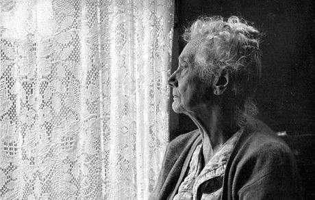 isolement-personne-agee-femme-fenetre.jp