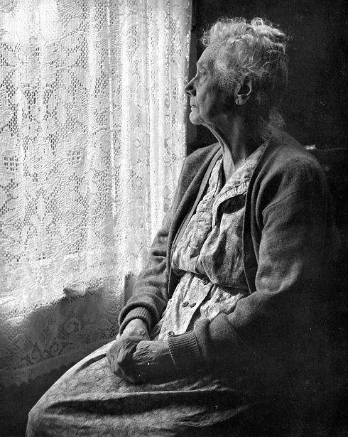 Elderly_Woman,_B&W_image_by_Chalmers_But