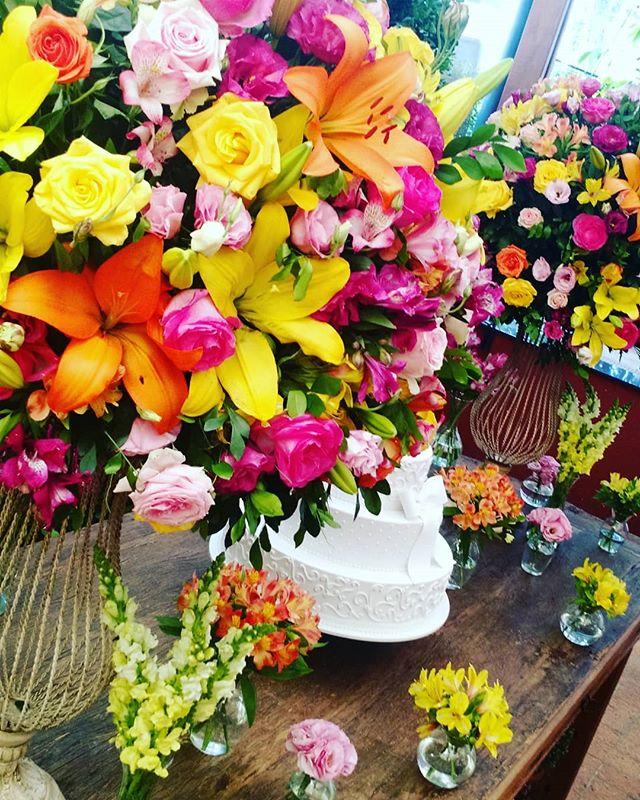 Primeira do dia! 😍💐🌼 #casamentobrunaejoaovictor #casamentos2017 #noivas2017 #izaanjosdecoracoes #
