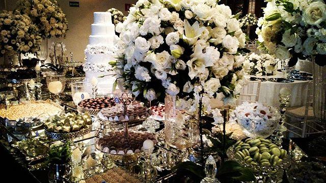 Mesa de bolo com acessórios de cristais e prata