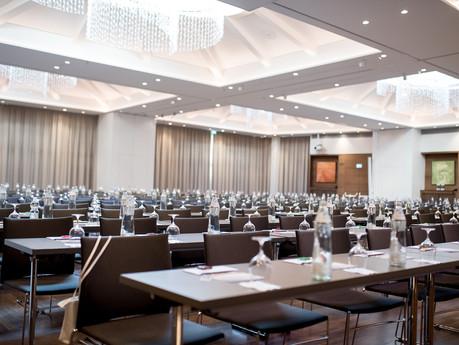 Schön hergerichteter Saal für Businessevent, von Schulz Media Foto & Film aus Salzburg
