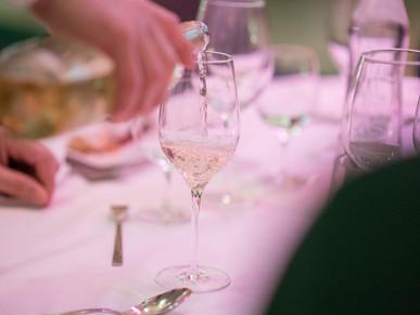 Weissweinglas bei Abendessen, von Schulz Media Foto & Film aus Salzburg