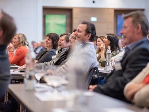 Lachende Gäste bei Businessvortrag, von Schulz Media Foto & Film aus Salzburg