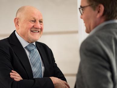 Geschäftsführer spricht mit Kunden, von Schulz Media Foto & Film aus Salzburg