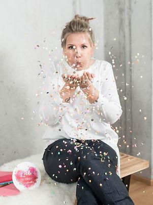 Kreatives Business Portrait einer Traurednerin mit Confetti, von Schulz Media Foto & Film aus Salzburg