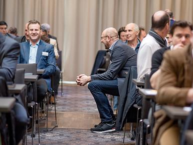 Lachende Unternehmer bei Firmenevent, von Schulz Media Foto & Film aus Salzburg