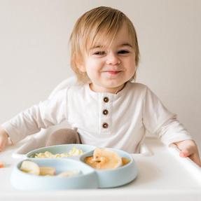 图片中可能有:一人或多人、一群人坐着、一群人在吃东西、孩子、室内和食物.jpg