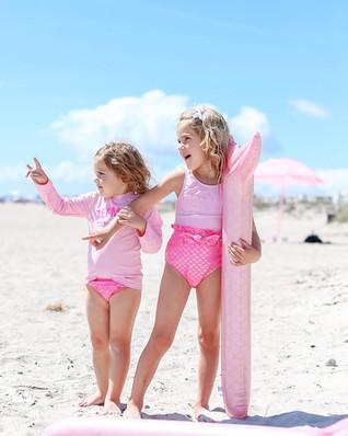 图片中可能有:2 位用户、一群人站着、孩子、天空、海滩、海洋和户外.jpg