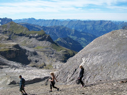 Hikers descend from the Schilthorn