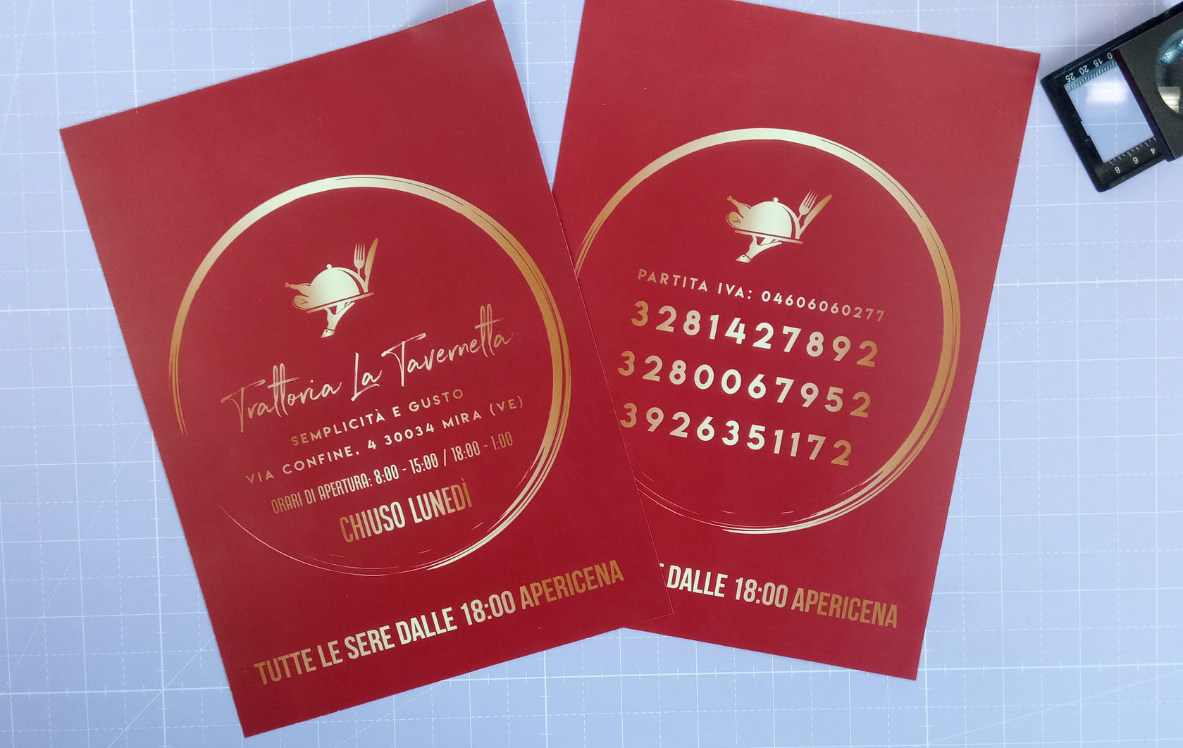 Stampa e realizzazione volantino per Trattoria La Tavernetta con adattamento logo fornito e simulazione stampa oro del logo su carta patinata opaca