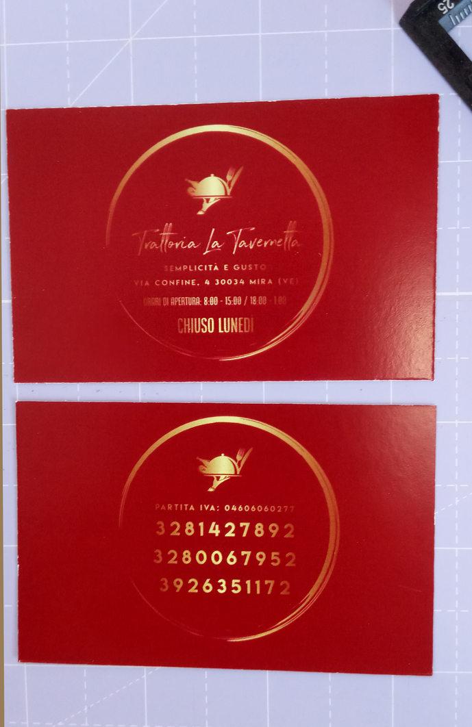 Stampa e realizzazione biglietti da visita per Trattoria la Tavernetta a 4/4 colori su carta patinata opaca, con logo fornito da cliente e simulazione oro