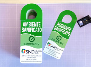 Adattamento grafica biglietto da visita per realizzazione ganci-porta, stampati a 4/4 colori su carta patinata opaca, plastificati e fustellati