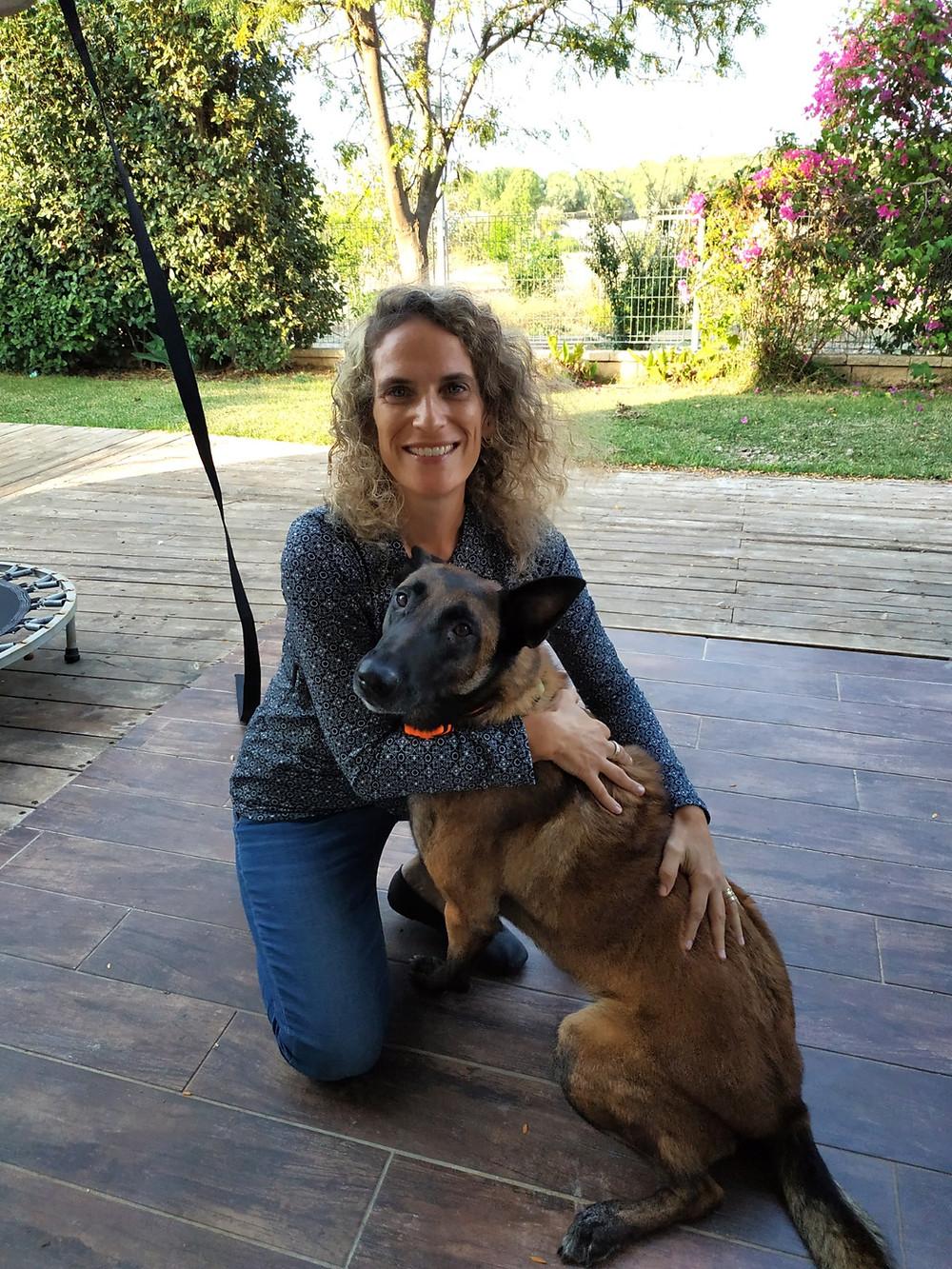 """בתמונה: ד""""ר אורנה שטטר מראה דוגמה אישית עם הכלבלבה המהממת שלה"""