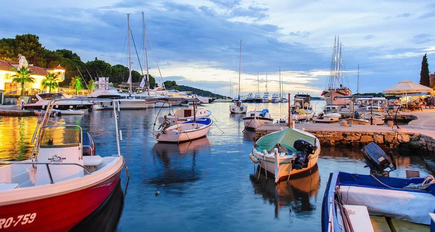 Fishing boats in Maslinica | Villa Berg