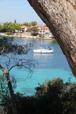 Sailboat in the bay of Maslinica | Villa Berg