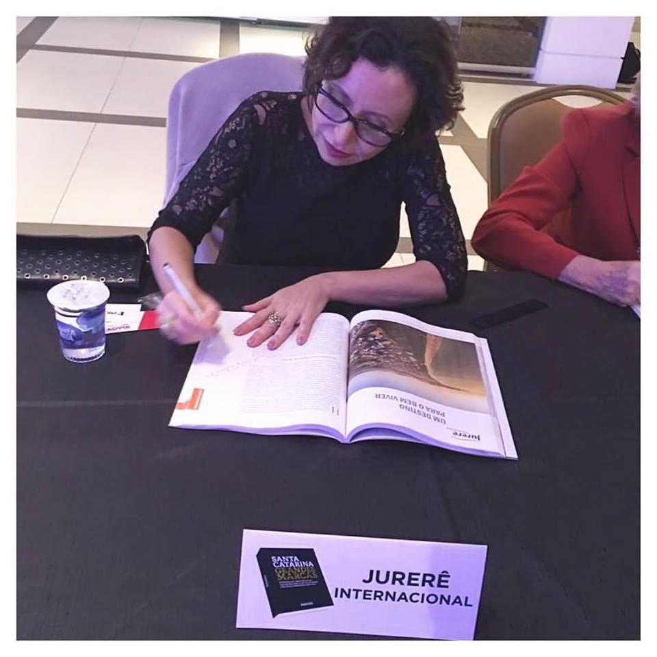 Andrea Druck - CEO de Jurerê Internacional durante a seção de autógráfos