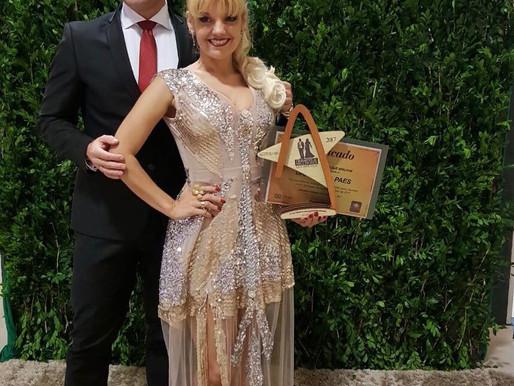 Paula Paes recebe o prêmio Mulheres que brilham 2017
