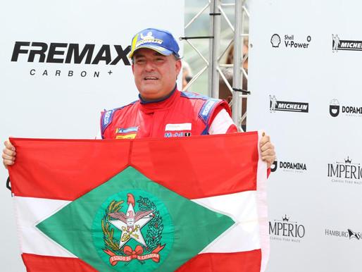 Piloto André Gaidzinski leva a bandeira de Santa Catarina para a Porsche Cup 2020