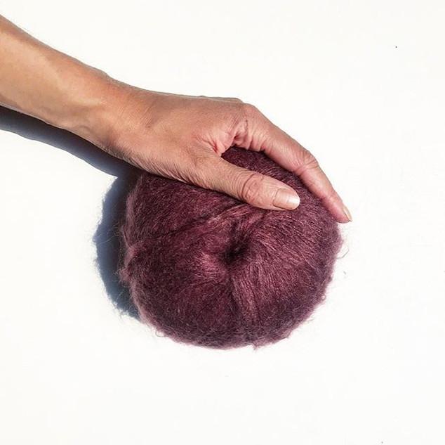 La laine soprane de couleur prune pour l