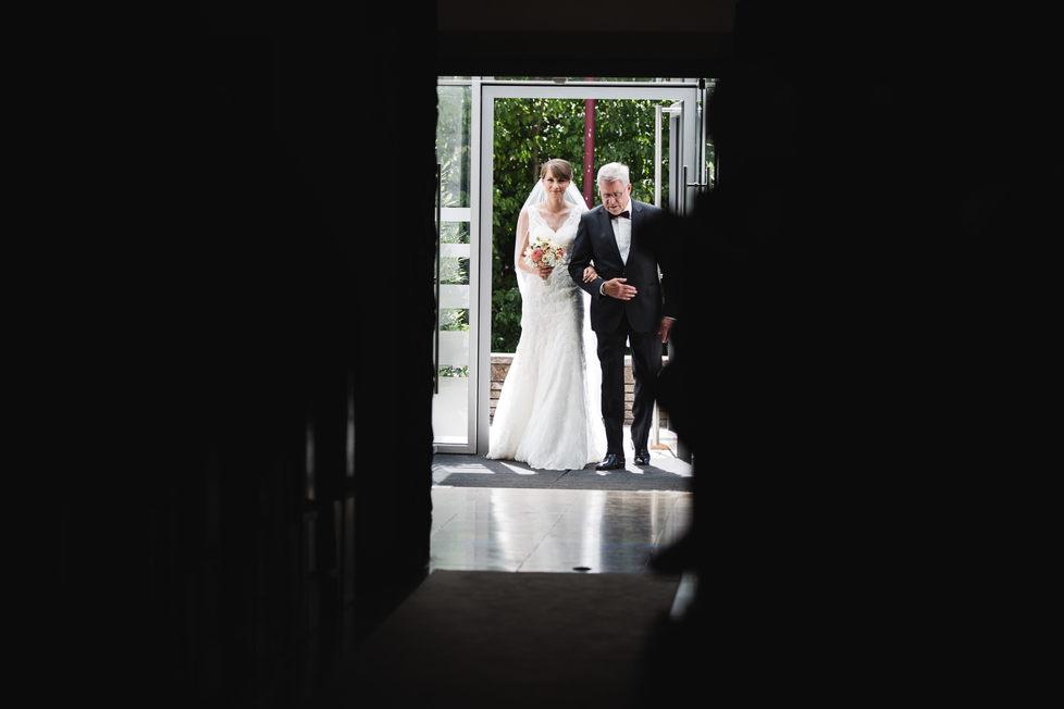 Brautvater und Braut in der Kirche