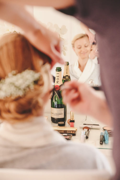 Braut mit Sekt
