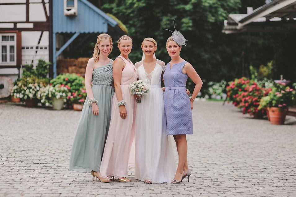 Brautjungfern mit Braut