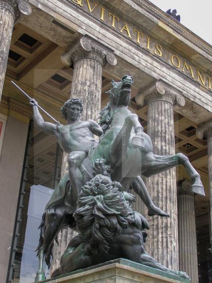 Altes Museum Statue
